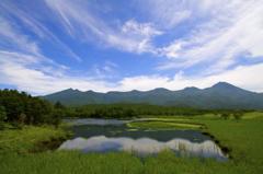 知床五湖と知床連山、蒼い空と白い雲。