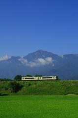 甲斐駒ケ岳と高原列車