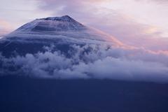 雲を切る山