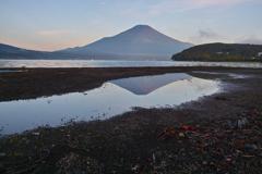 水たまりの逆さ富士