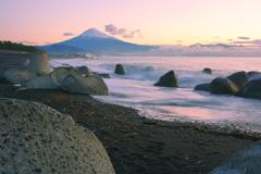 テトラポットと富士と波