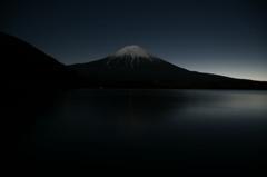 夜明けを待つ富士