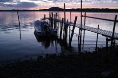 桟橋と船の夜明け