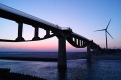 夕暮れに橋