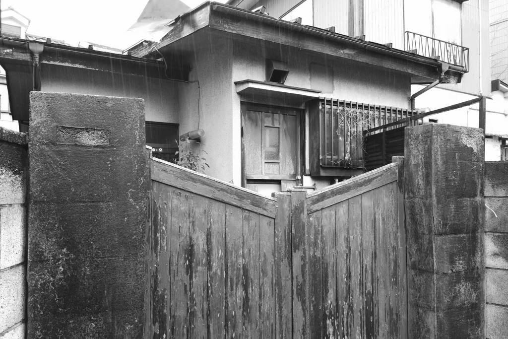 雨の日の空き家