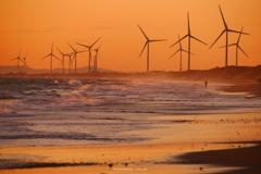 荒波と風車が奏でる音の中