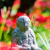 石仏の周りには彼岸花咲く