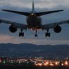 夜間飛行のジェット機の翼に