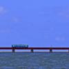 あおい空と海の間の青い列車