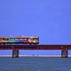 青のなかにカラフル列車