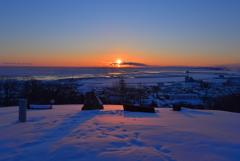 流氷の町の夜明け