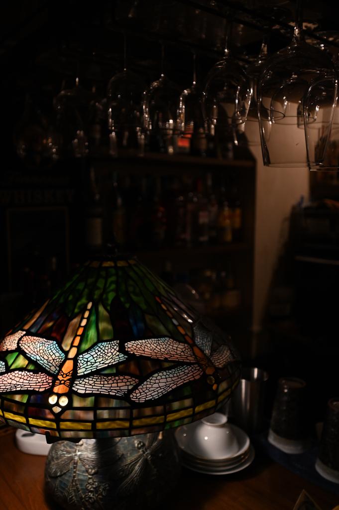 ワイングラスとトンボ