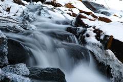凍てつく渓