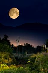 名月と秋の鉄道風景