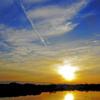 飛行機雲のある夕暮れ