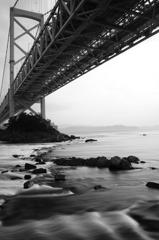 大橋の下で