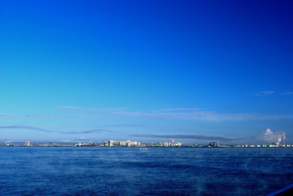 冬の海、海から湯気、寒いんです。