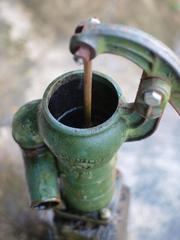井戸の手動ポンプ