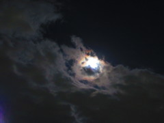 雲の裏に隠れたスーパームーンが星形に☆