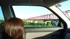 窓越し鉄橋
