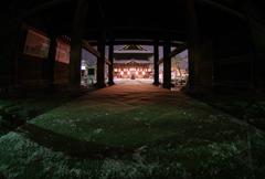 雪夜の善光寺:山門から覗く本堂