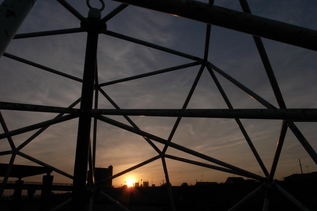 ジャングルジムからの夕日