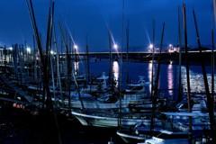 夜明け前の漁師船