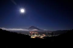 富士に降り注ぐ月明かり