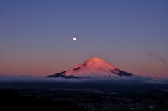 紅色に染まる富士の山