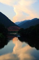 根尾の赤い橋