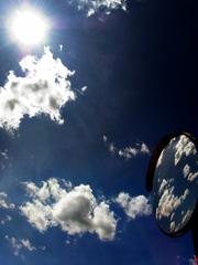空のカーブミラー