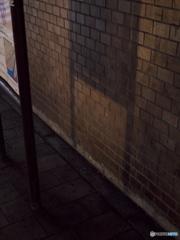 ガード下の影