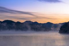 朝霧沸き立つ