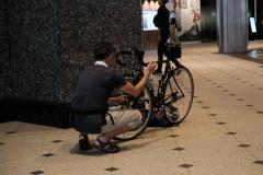 自転車組立中 東京駅