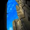 石壁の上の空
