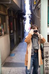 小路のカメラ女子