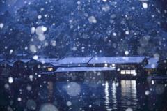雪降る伊根の舟屋
