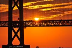 橋の上に太陽