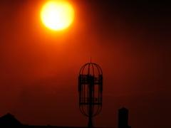 不思議な建造物と夕陽