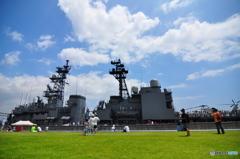 芝生の向こうに護衛艦