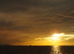雲と海の間に光を求めて