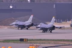 格納庫へ戻る。。アメリカ空軍三沢基地のF-16ファイティングファルコン