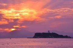オレンジに染まる江ノ島と空・・・