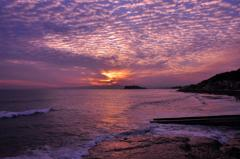 うろこ雲の空 夕焼けの稲村ヶ崎から見る江ノ島海岸・・