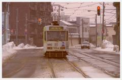 雪降る函館の町を走る路面電車・・