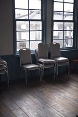 三角西港 椅子のある光景