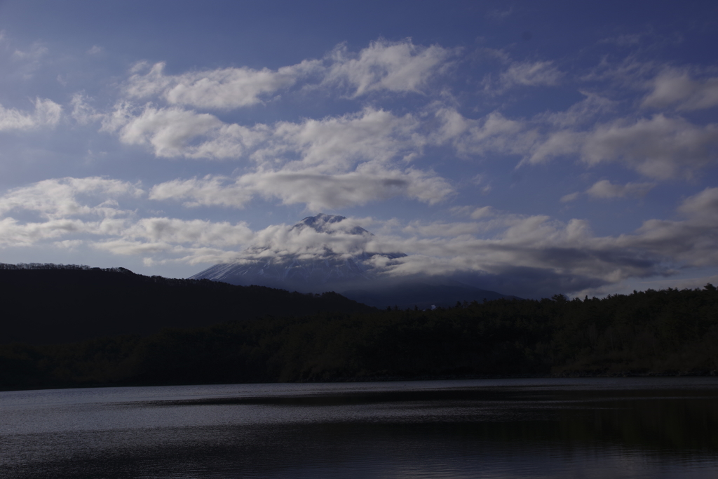 西湖からの雲に隠れた富士山