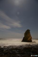 月光を眺める立石