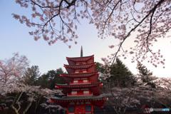 忠霊塔に朝陽