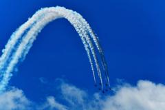 夏の終りの青空と飛行機雲